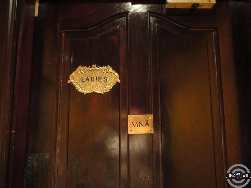 Irish pub. Ladies)