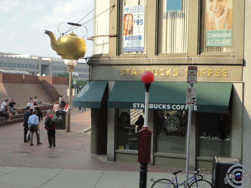 Знаменитый бостонский Starbucks с дымящимся чайником