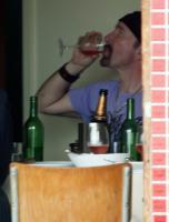 Он лично пробует: хороши ли напитки.