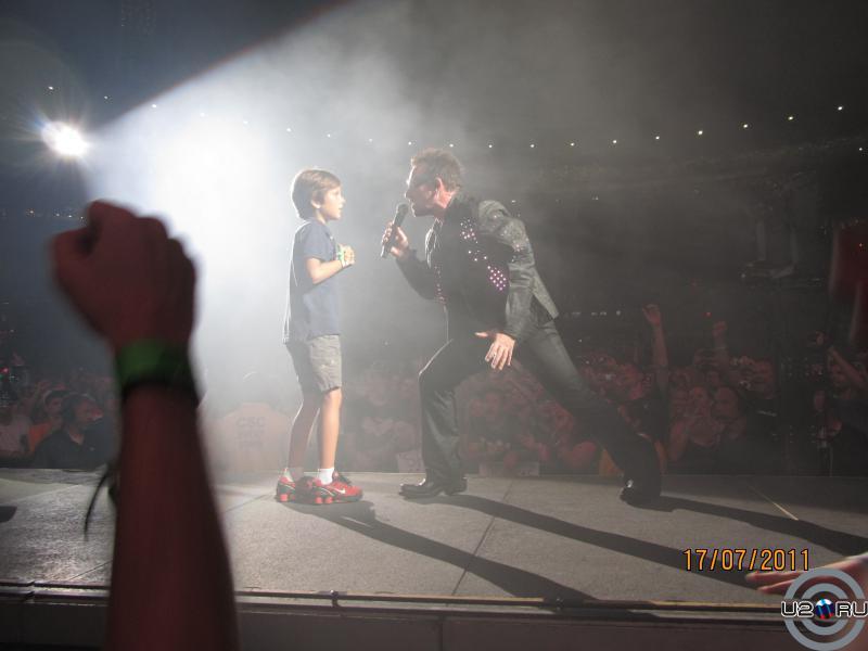 На сцене мальчик и Боно